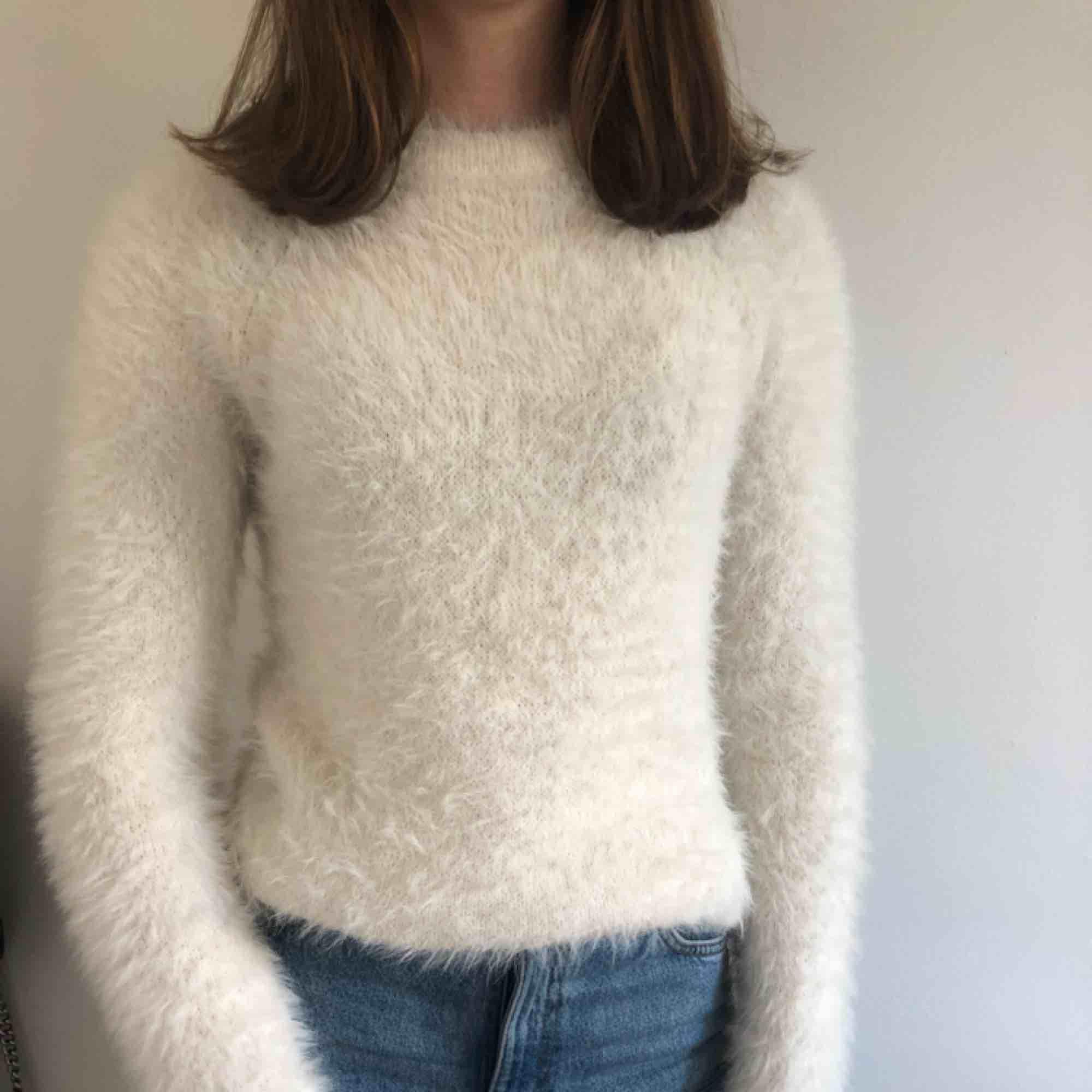 Fluffig, mjuk och jättemysig tröja från Gina som passar perfekt för höst och vinter. Stickat.
