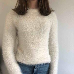Fluffig, mjuk och jättemysig tröja från Gina som passar perfekt för höst och vinter