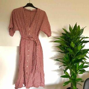 Jättefin rutig klänning från Mango. Knappt använd, så den är i jättefint skick! Förlåt för ostruken ❤️ (sista bilden är samma modell men annan färg, för att visa passformen ☺️) Köparen står för ev fraktkostnad ✨