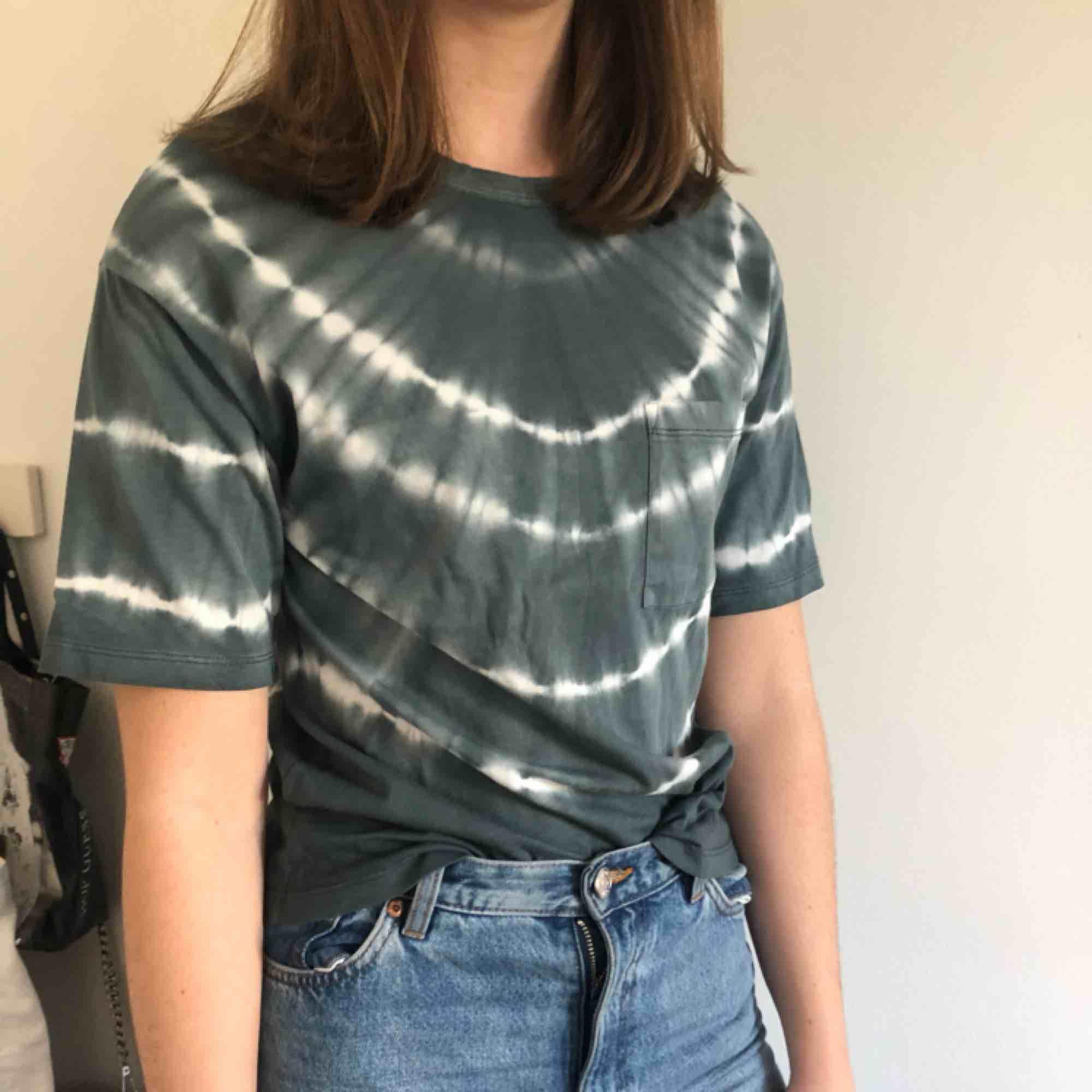 Trendig tröja från Gina köpt för bara några månader sen. Aldrig använd.. T-shirts.