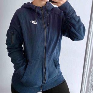 Välanvänd mörkblå hoodie från Nike storlek S. Frakt kostar 63kr extra, postar med videobevis/bildbevis. Jag garanterar en snabb pålitlig affär!✨ ✖️Fraktar endast✖️
