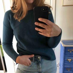En jätte fin tjockare tröja från Wera men den passar inte mig i armarna så därför säljer jag den! Passar perfekt nu till hösten då den är lite varmare