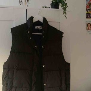 Ball lite tjockare väst köpt på carlings och perfekt till hösten med tex en hoodie under. Original pris var 500 och använd få gånger. frakt ligger på 50kr. Pris kan diskuteras