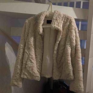 Säljer en pälsjacka ifrån veromoda, finns en fläck på baksidan (se bild 3) därav det billiga priset