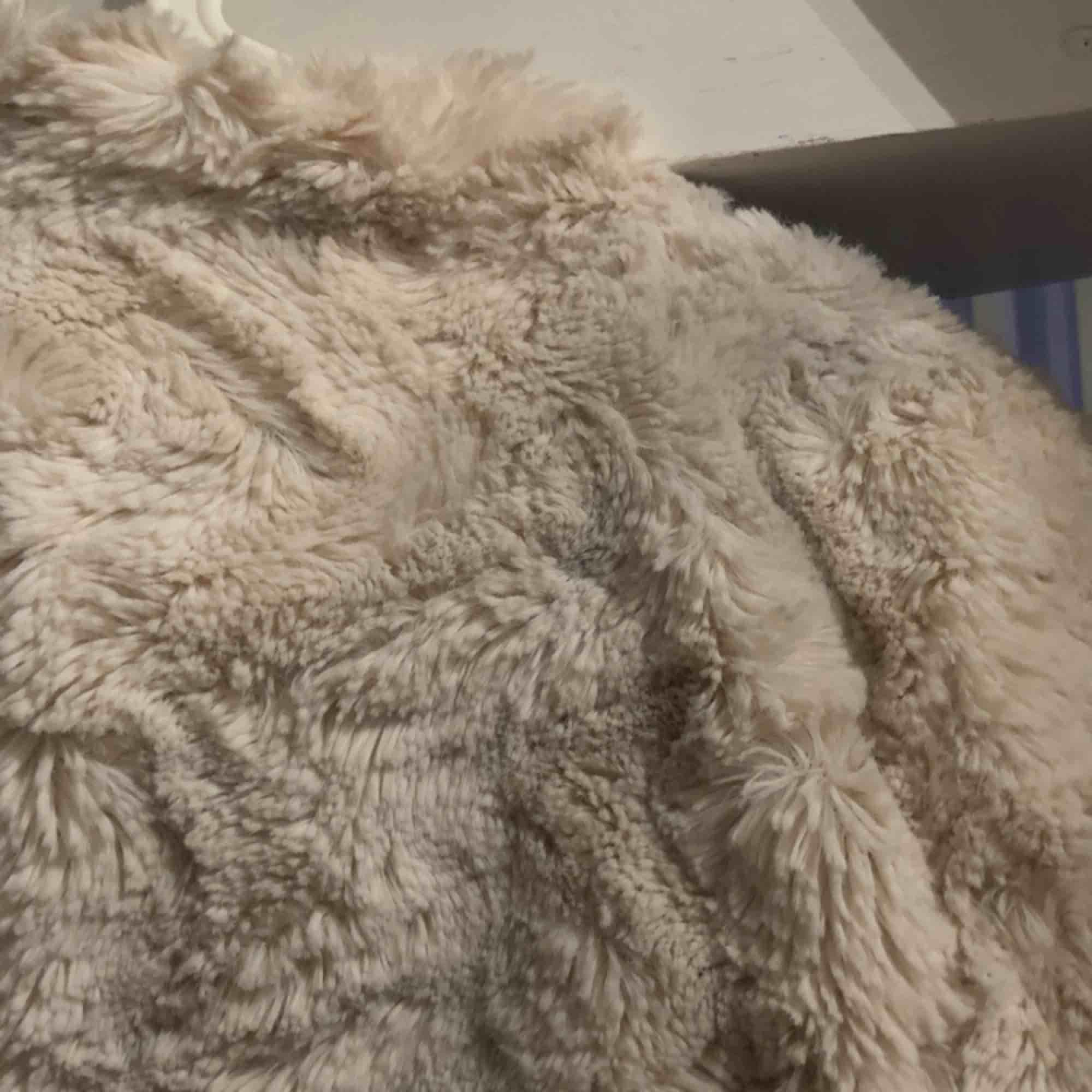 Säljer en pälsjacka ifrån veromoda, finns en fläck på baksidan (se bild 3) därav det billiga priset . Jackor.