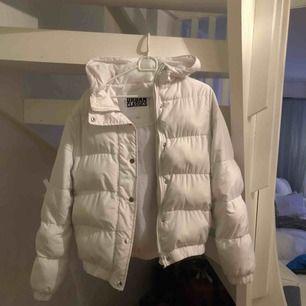 Säljer en vit vinterjacka i storlek s, hör av dig om du är intresserad💓💓💓