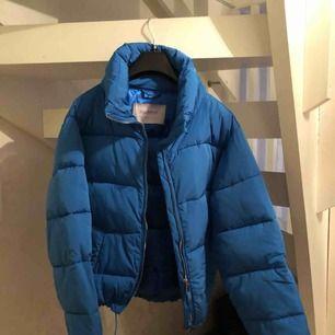 Säljer en jättefin blå vinterjacka från pull and bear i storlek s💙💙