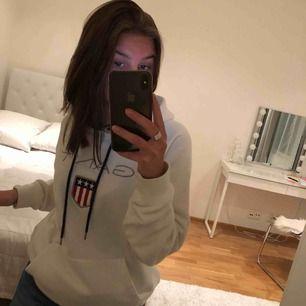 Säljer min vita gant hoodie i strl M. Passar både tjejer och killar!  I väldigt fint skick!