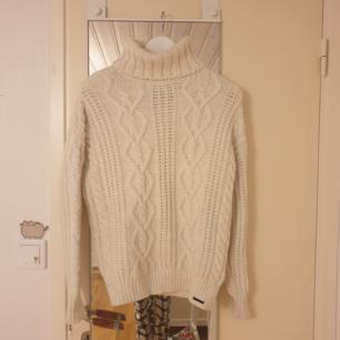Supermysig, varm och mjuk stickad tröja från Superdry, Storlek xs/s,  använd endast en gång, Nypris 900 kr💗