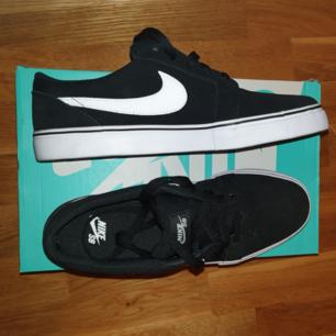 Oanvända svarta skateboardskor