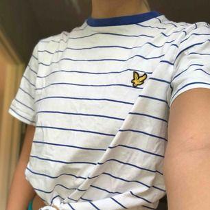 Blå och vitrandig lyle & scott T-shirt. Fint skick och bra kvalité. Köparen står för frakten:)