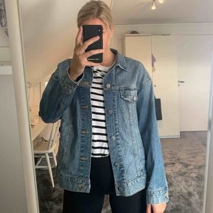 Jeansjacka från H&M. Lite oversized modell.