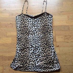 Oanvänt leopardlinne i lite längre modell. Storlek L. Priset är inkl frakt 🌸