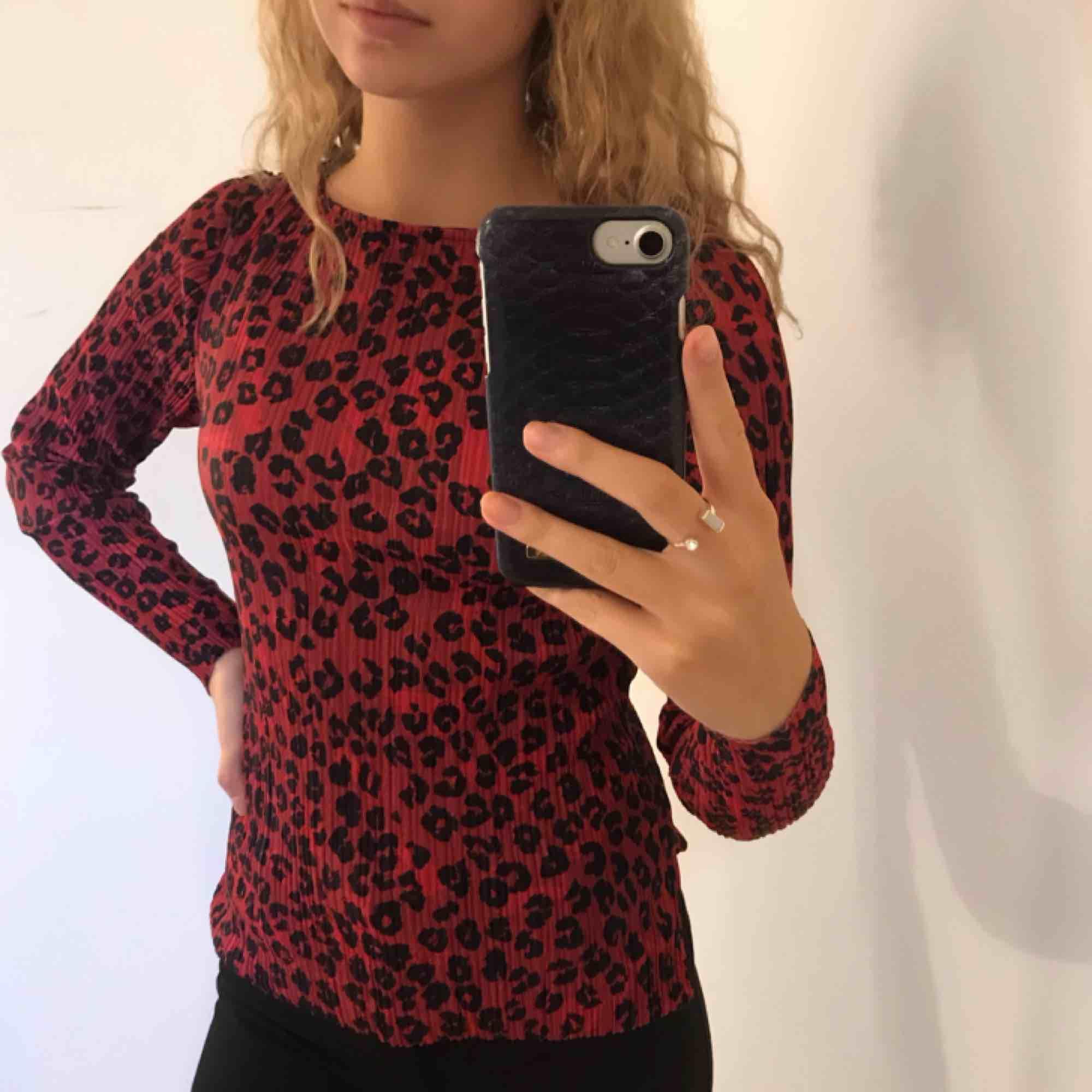 Vinröd leopardmönstrad plisserad tröja! 💫. Toppar.