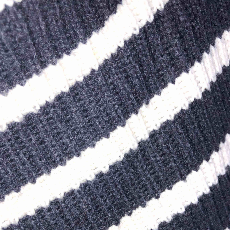 Marinblå randig tjocktröja köpt från mango. Använd fåtal gånger. Möter upp i Lund/Malmö annars står köparen för eventuell frakt. Stickat.