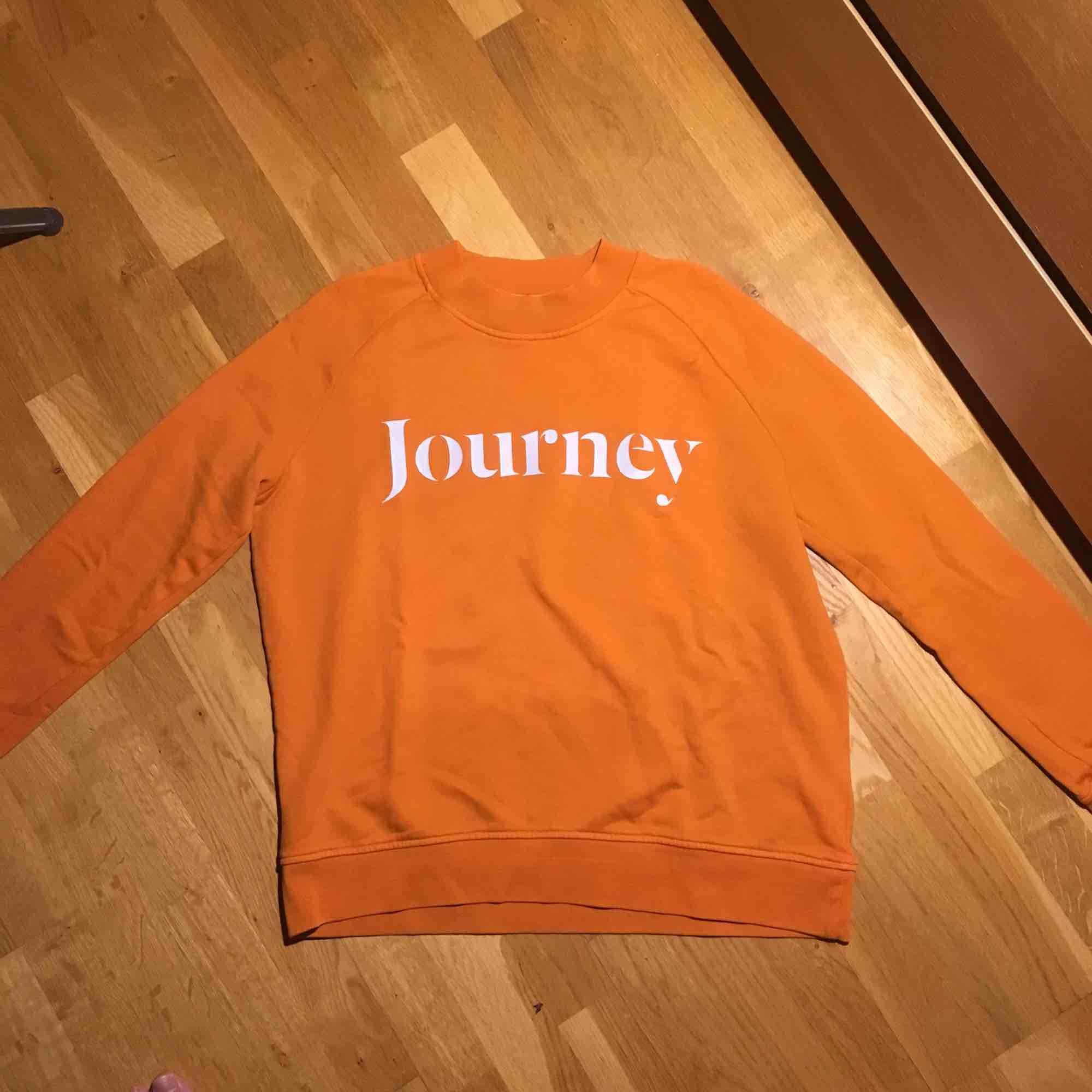 Samsoe sweatshirt säljes pågrund av att jag ej använder den längre! Tröjan är i bra skick men de är lite slitningar i trycket och därav pris. Storleken är M men den är liten i storlek. Frakt står köparen för!. Tröjor & Koftor.