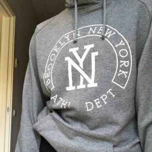 Stor hoodie från soc. Jätteskön och mysig. Köparen står för frakten:)