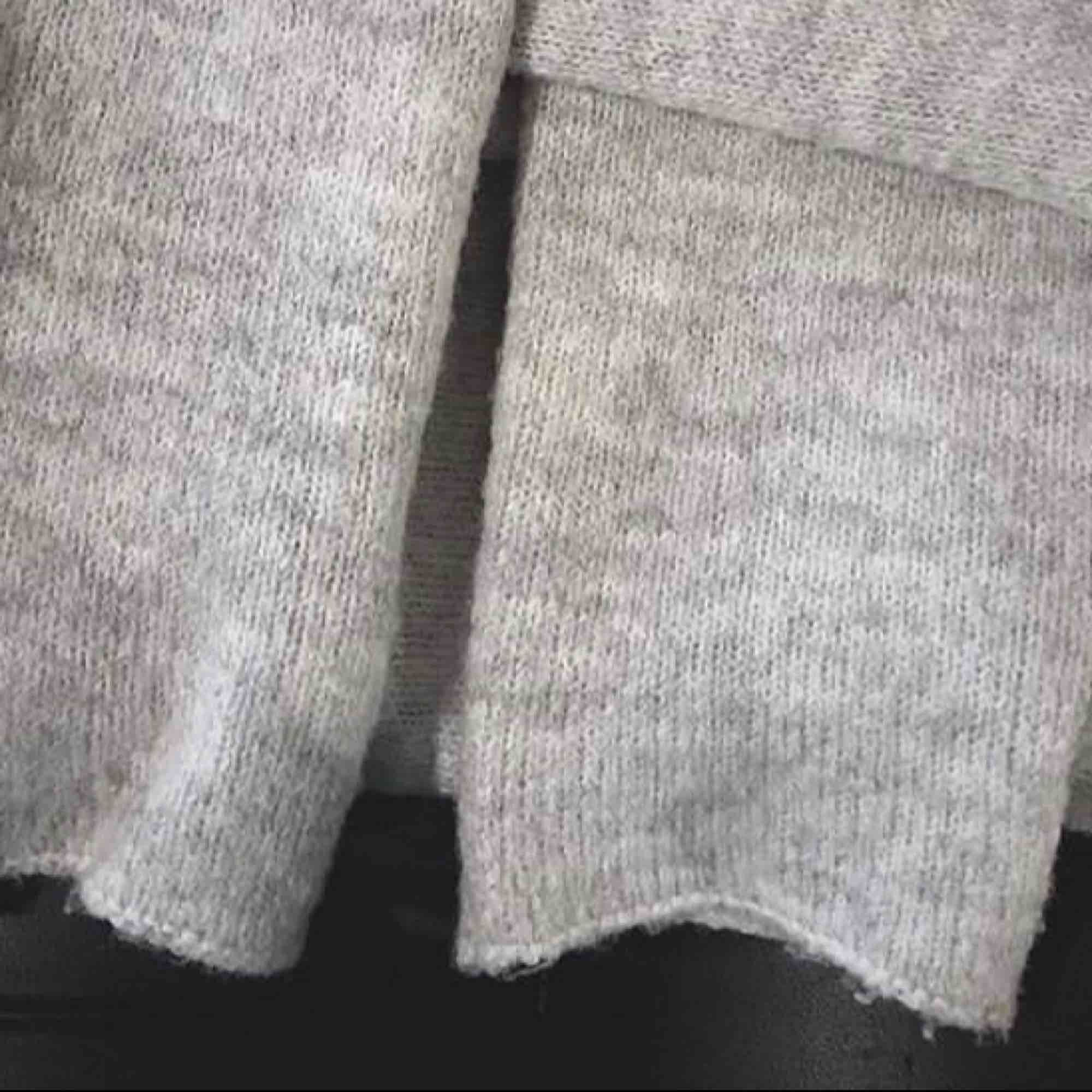 Super skön grå stickad lång tröja  Inte mycket använd  Frakt tillkommer! . Stickat.
