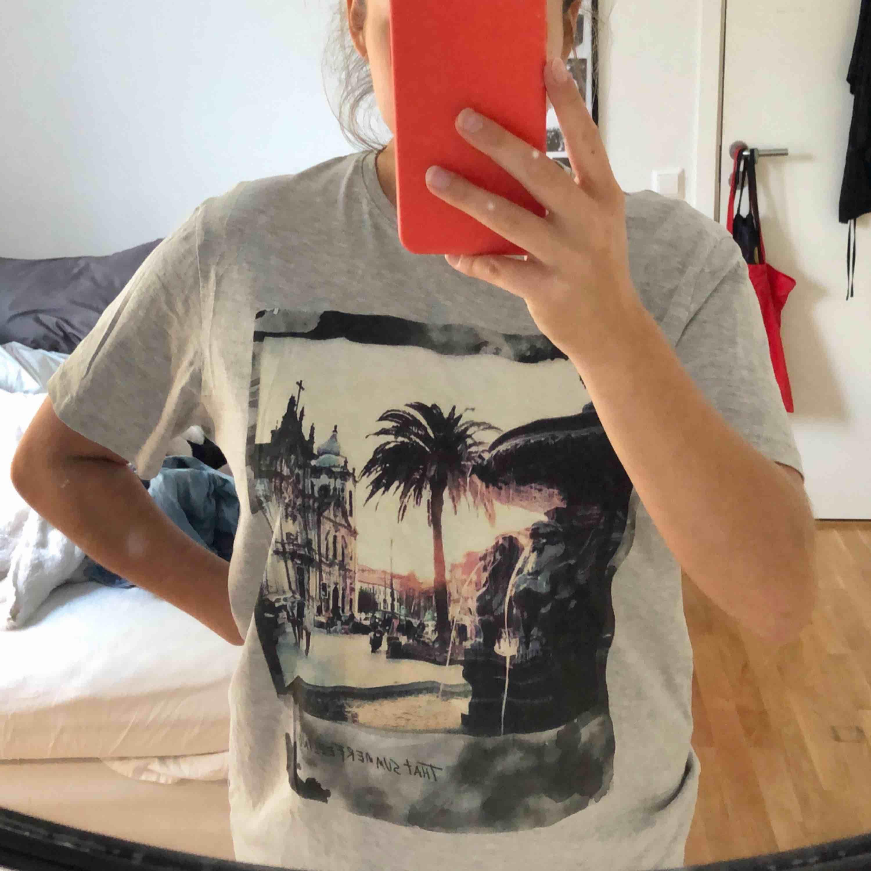 Oversized grå tröja, köpt på Esprit. Aldrig använd Köparen står för ev. Frakt men kan mötas upp i Lund/Malmö . T-shirts.