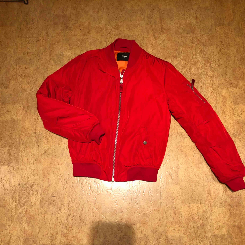 Röd jacka från bikbok fint skick. Storlek XS  Kan mötas upp i Malmö men även frakta. Köparen står för frakten :) . Jackor.