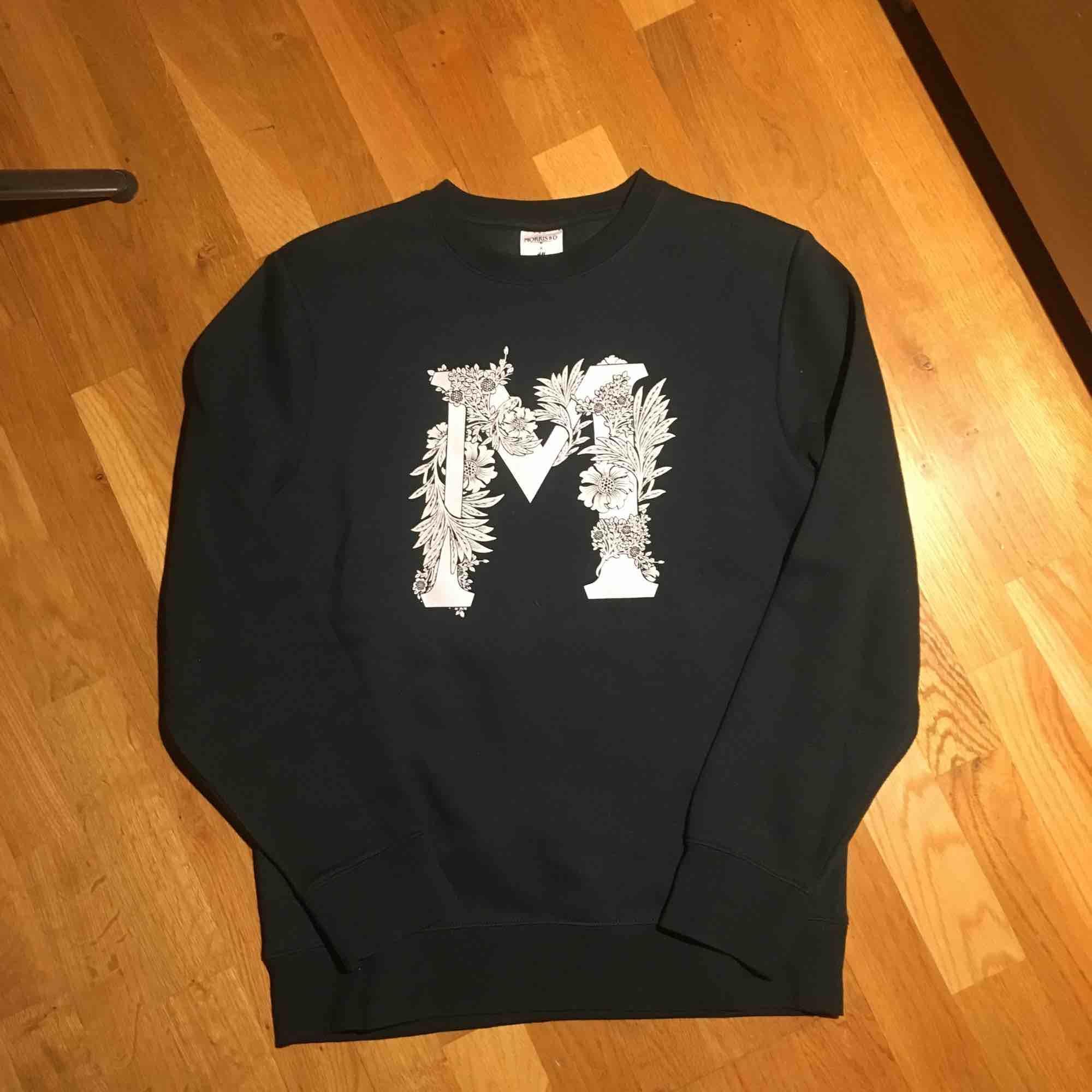 Hm X Morris & company tröja säljes! Den har aldrig använts och är i perfekt skick. Tröjan är mörkgrön vilket är tydligare på sista bilden. . Tröjor & Koftor.