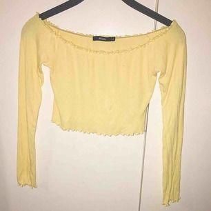 Skön gul off shoulder tröja  Frakt tillkommer!