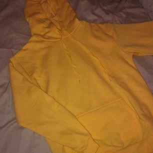 Oversized hoodie från Cubus i finaste gula färgen, helt oanvänd så den är som ny! Frakten ingår i priset 🥰