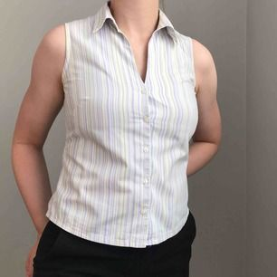Frakt ingår! • Väldigt fin ärmlös randig skjorta med krage i mjukt material i vit, ljuslila och ljusgul • ingen storlek men kan passa XS eller en mindre S • mkt fint skick! • får lite Rachel Green-vibbar av den här!