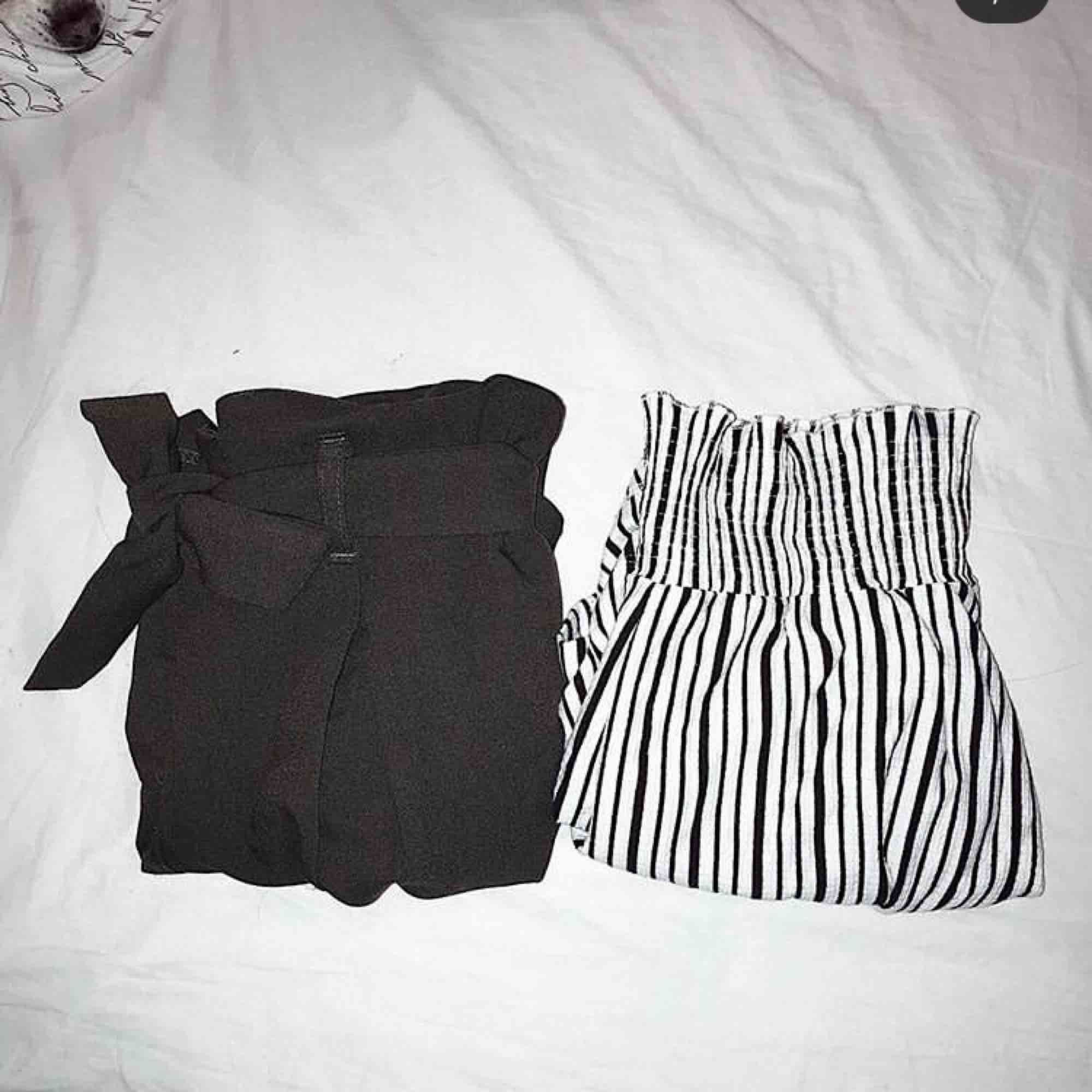 Randiga rätt tajta shorts i ett skönt material Inte mycket använda  Frakt tillkommer! . Shorts.