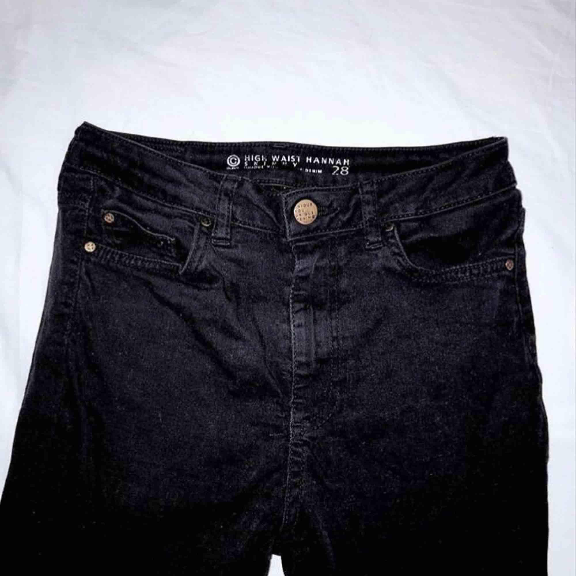 Svarta högmidjade jeans  Inte mycket använda  Frakt tillkommer . Shorts.
