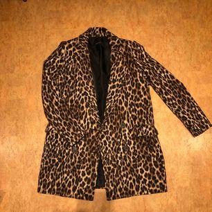 Leopard kappa från Zara. Mycket fint skick. Storlek S  Kan mötas upp i Malmö men även frakta. Köparen står för frakten :)