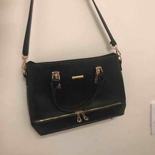 En svart snygg väska! Knappt använd, rymlig men inte för stor. PERFEKT STORLEK!