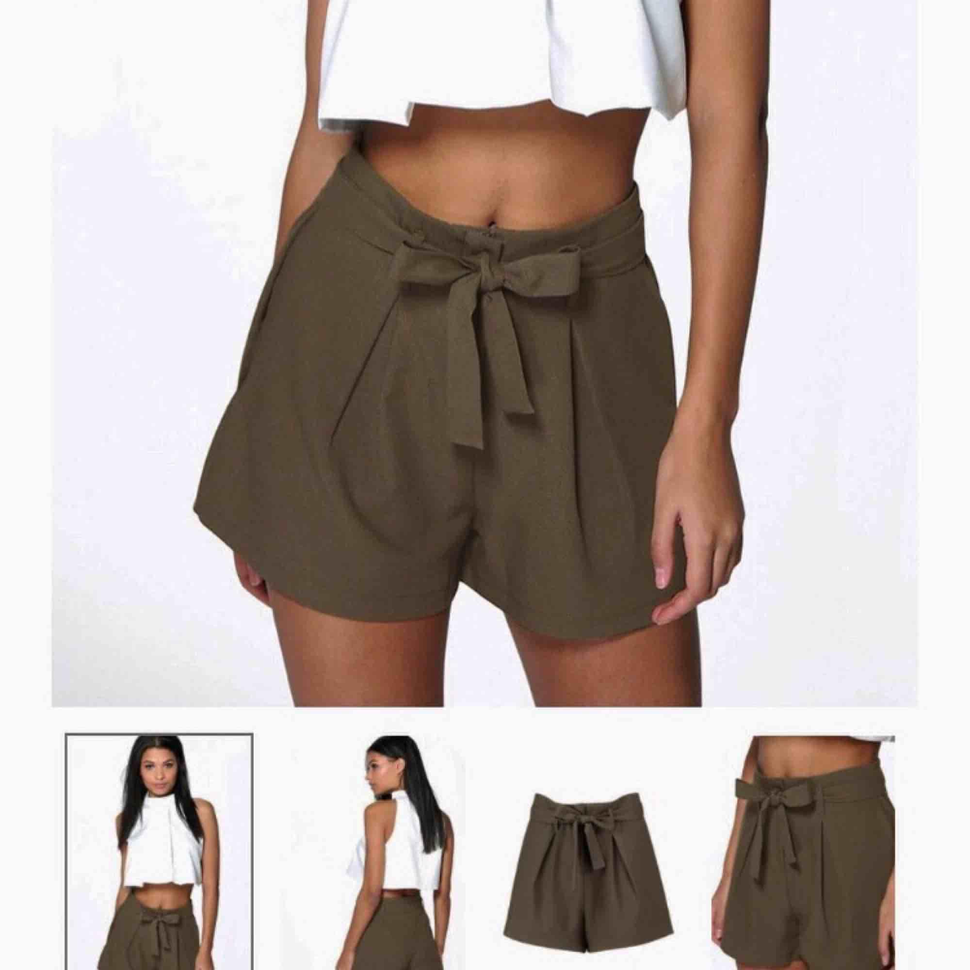 Militärgröna shorts med knytband  Från Boohoo  Inte mycket använda  Frakt tillkommer! . Shorts.