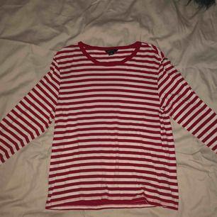 Randig långärmad tröja från Monki i storlek S. Använd ett par gånger men i jättefint skick. Jag står för frakten!