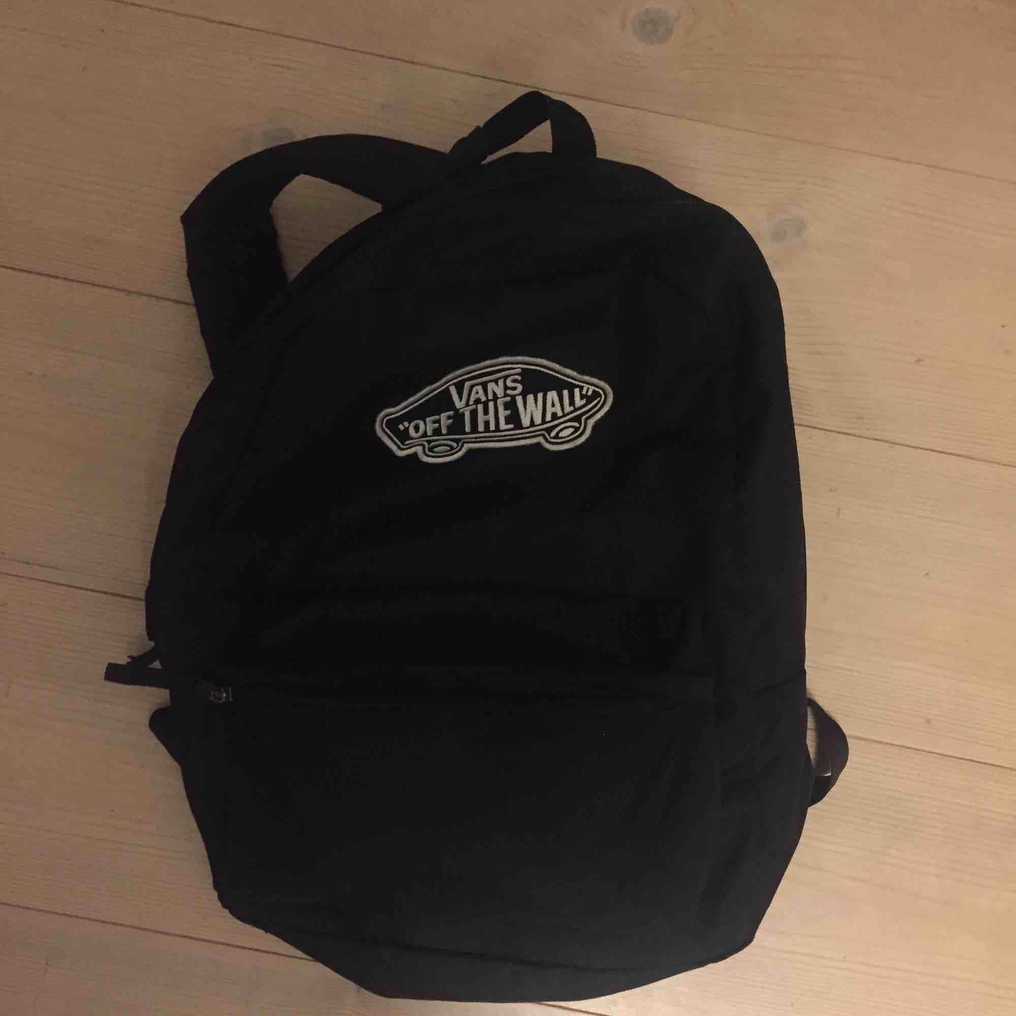 Snygg svart ryggsäck från Vans. Köpare står för frakt annars går det bra att mötas upp i Lund! :) 💖. Väskor.