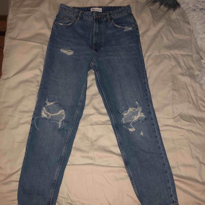 Mom jeans från Zara i storlek 36, endast använda ett fåtal gånger så i fint skick. Jag bjuder på frakten!. Jeans & Byxor.