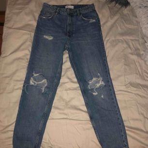 Mom jeans från Zara i storlek 36, använda fåtal gånger <3