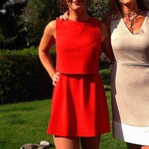 Orangeröd klänning från oasis. Jättefint skick! 😻 Köparen står för ev fraktkostnad ✨✨