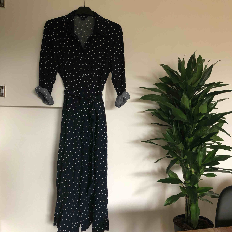 Mörkblå midilång skjortklänning med vita prickar, från monki. Sista bilden är för att visa hur den ser ut på 🥰 Köparen står för ev fraktkostnad ✨✨. Klänningar.