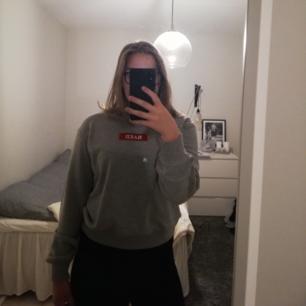 Superfin grå Sweatshirt från NA-KD! En röd fin detalj med texten