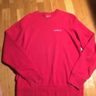 Röd Supreme sweatshirt från S/S-14 collection (Quilted Panel Crewneck). Tröjan köptes för ungefär ett halvår sen från en legitimerad S-hand sida.Tröjan är dock tyvärr för stor för mig. Tröjan är i bra condition dock lite urtvättad! Frakt kan diskuteras