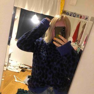 Blå/Svart leopard färgad stickad tröja från NA-KD. Lite längre i modellen men snygg att stoppa in i fram. Knappt använd! Köparen betalar frakt själv!