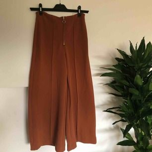 Jättefin rostbruna byxor från H&M. Hög midja, vida, croppade ben i stretchigt material. Endast provade, lappen kvar. ❤️ Köparen står för ev fraktkostnad ✨✨