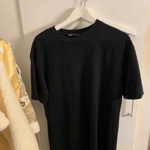 Svart T-shirt klänning! Aldrig använd!! Kan frakta men köparen står för frakt:)