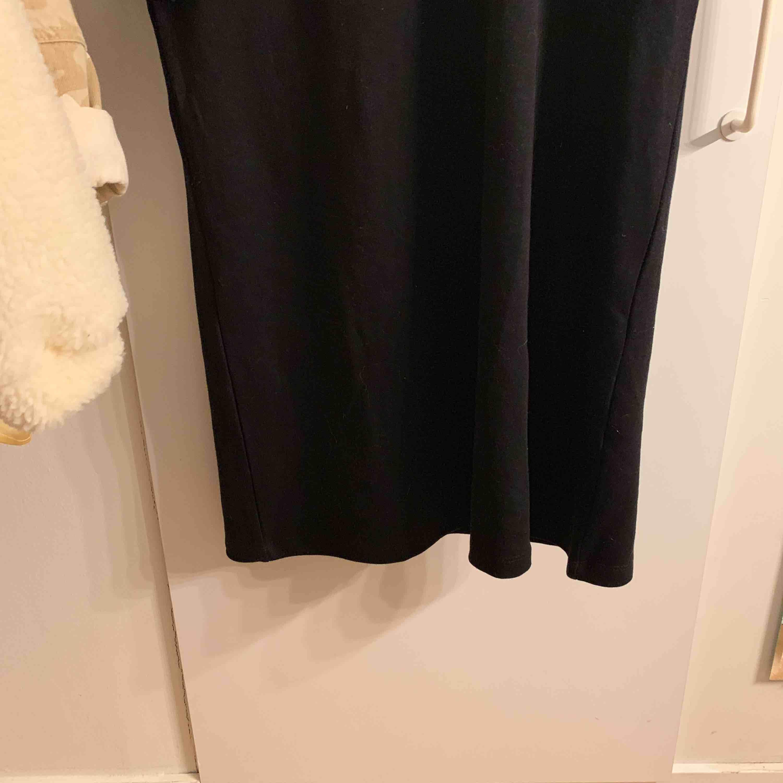 Svart T-shirt klänning! Aldrig använd!! Kan frakta men köparen står för frakt:). Klänningar.