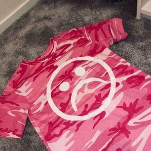 Rosa t-shirt från the sad society använd 1gång så som ny