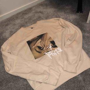 Super snygg beige Ariana Grande tröja använd 1gång så som ny