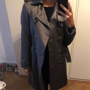🌟 Jätte fin klassisk kappa/trenchcoat från Zara som passar perfekt nu till hösten 🍂 | Kan mötas upp ☺️ eller skickas mot en fraktkostnad📮