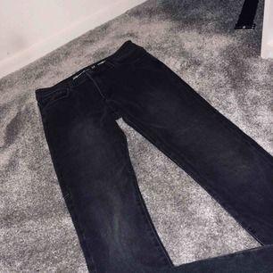 Super snygga grå/svarta jeans, aldrig använda, super cool dragkedja där bak som du kan dra upp och ner beroende på hur du vill ha de✨