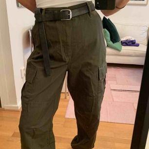 Weekday Camp Cargo Trousers i storlek 38. Aldrig använda då jag insåg att dem ej va riktigt min stil.  Köptes för 500 kr men säljer för 300 kr + köparen står för frakt 50 kr. Går att hämta på söder också!